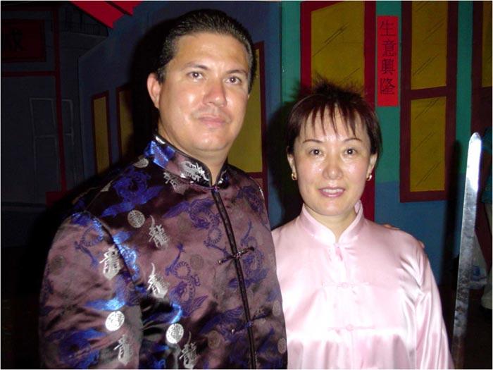 El maestro Roberto Vargas Lee junto con su maestra Zhu Yu Ming, 2004