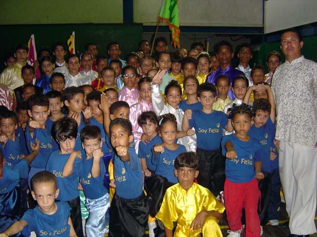 Grupo de niños junto con el maestro 2005